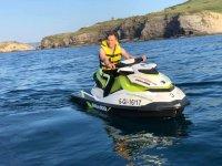 Conduciendo la moto de agua