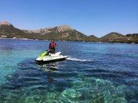 乘坐摩托艇前往Cala Boix