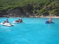 摩托艇穿过马略卡岛的半透明海滩
