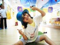 Alumna con sombrero azul