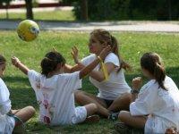 Jugando a la pelota sobre la hierba