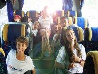 Trasladando a los alumnos en autobus