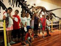 Viendo los esqueletos de dinosaurios