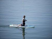 跪在桨冲浪板上