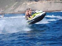 在摩托艇上加速