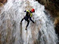 垂降垂降入山沟瀑布