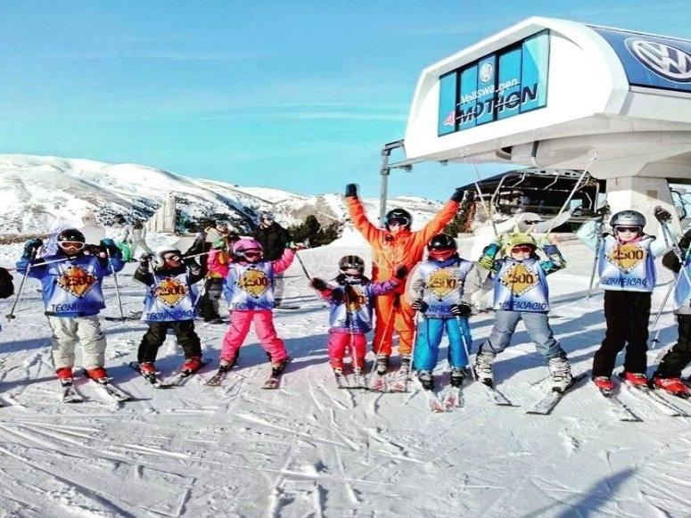 Clase de esquí para niños