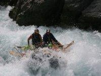Navegando en una balsa de rafting