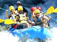 Risas en una balsa de rafting