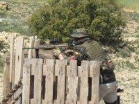 Disparando apoyado en la valla