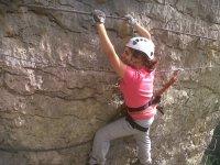 recorre la pared con ayuda de la cuerda