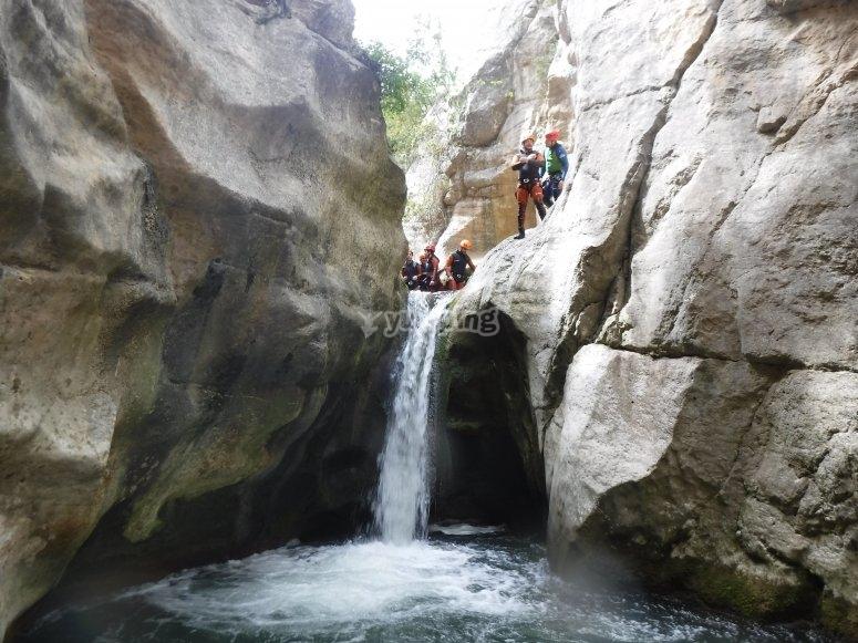 Saltando la cascada del barranco
