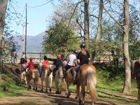 Paseando a caballo en el campamento