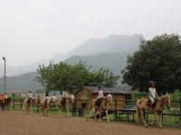 Apendiendo hipica en el campamento de la Vall