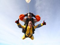Paracaidas desplegandose durante el salto