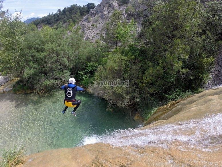 Saltando a la poza del barranco