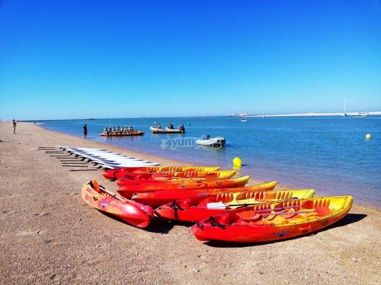 沙滩上的皮划艇