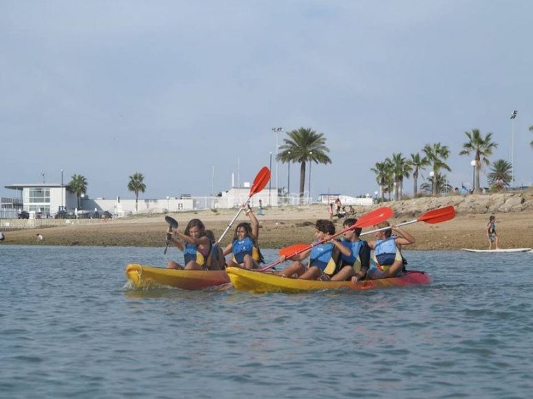 儿童在皮划艇上划船