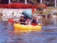 平静的水皮划艇家庭皮划艇