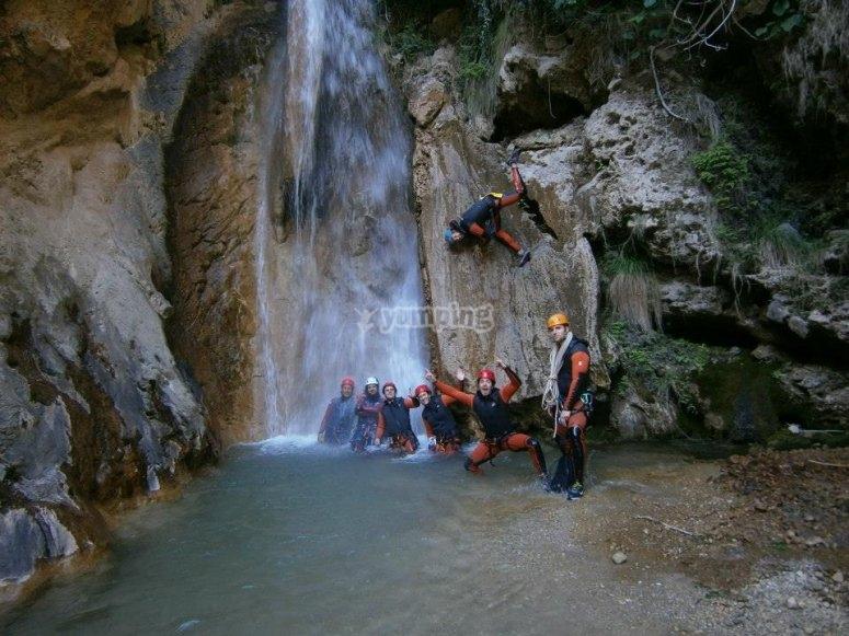 Al lado de la cascada
