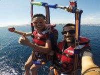 Volando en parasailing puerto de Barcelona