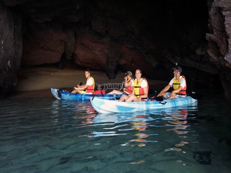 Kayak all'interno di una grotta