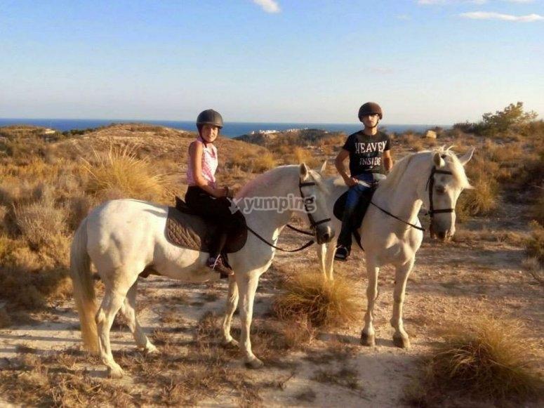 listos para el paseo a caballo en Villajoyosa