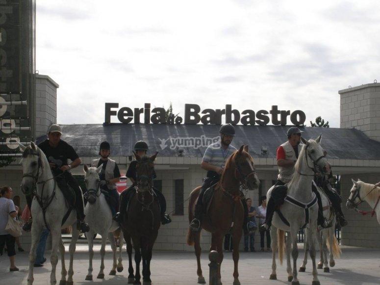 A caballo delante de las instalaciones de la feria