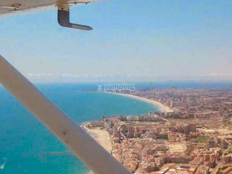 Sobrevolando la costa en avioneta