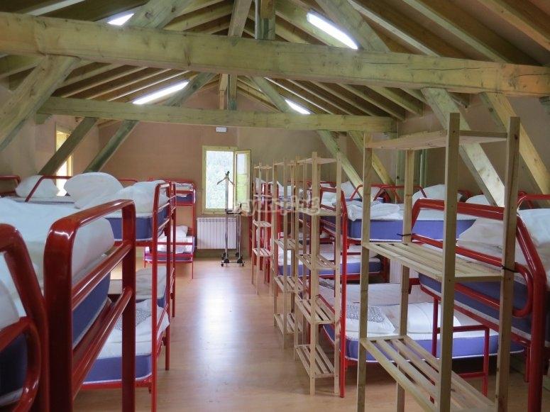 Habitación de albergue madera