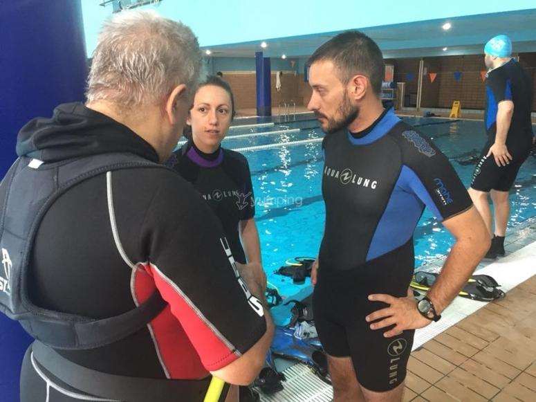 Práctica de buceo en aguas confinadas