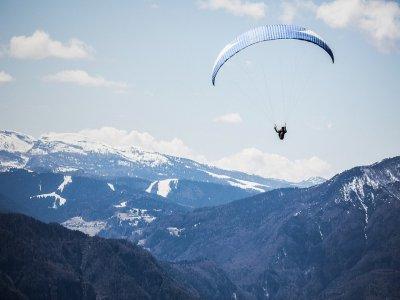 在Organyà+视频的特技飞行滑翔伞飞行