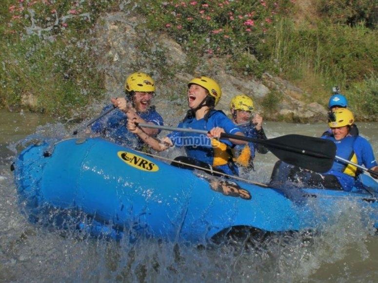 Rafting con casco amarillo