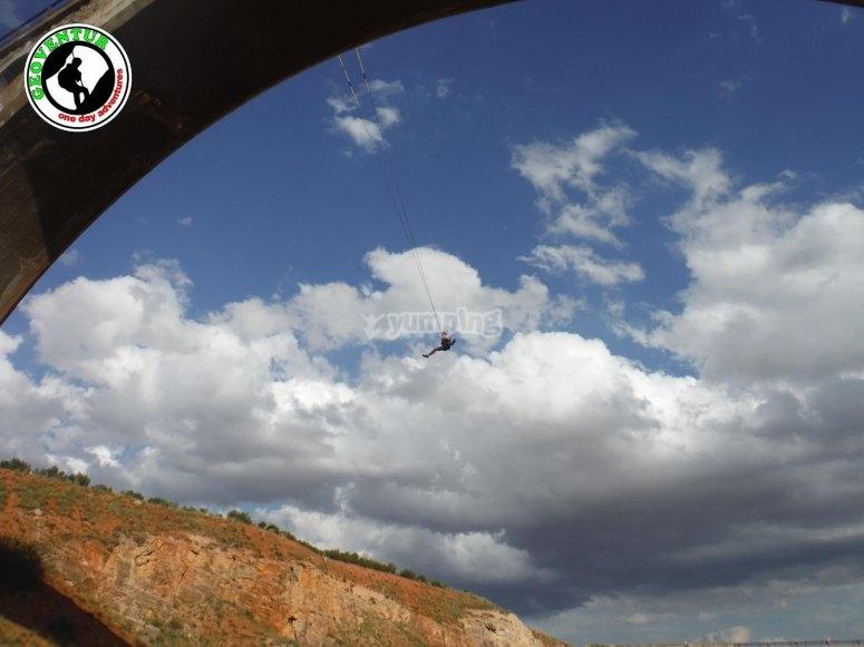 Soggetto alle corde dopo il bungee jump
