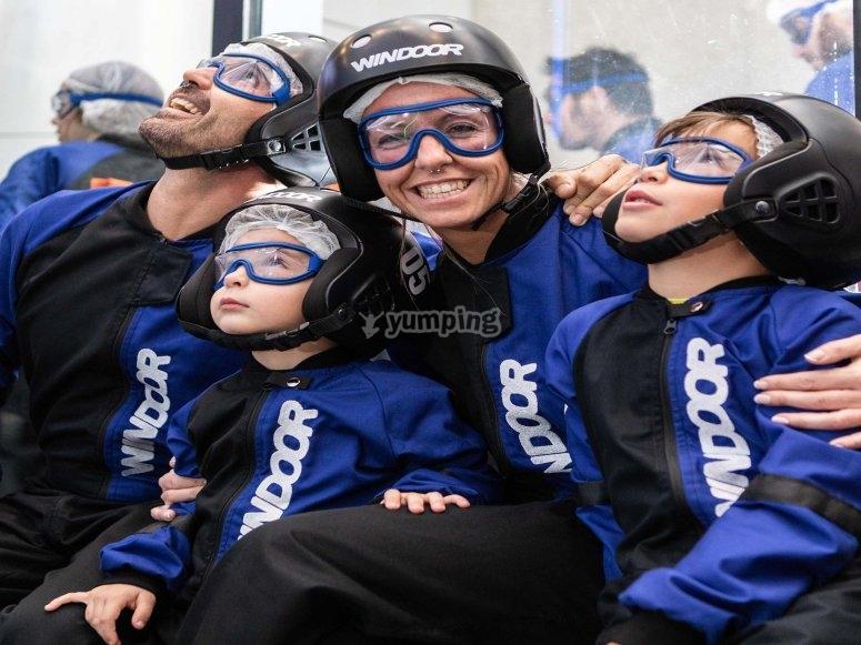 Familia preparada para volar en el tunel de viento