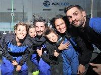 Familia en el túnel de viento