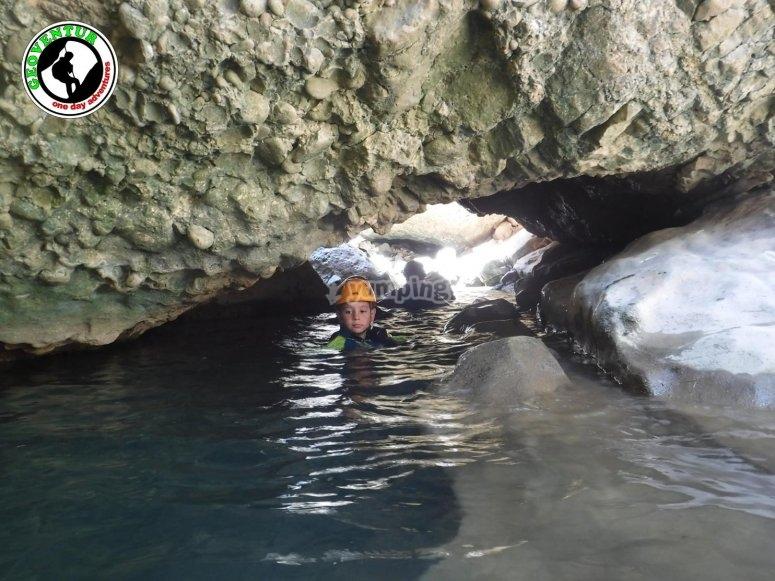 Practicando trekking acuático
