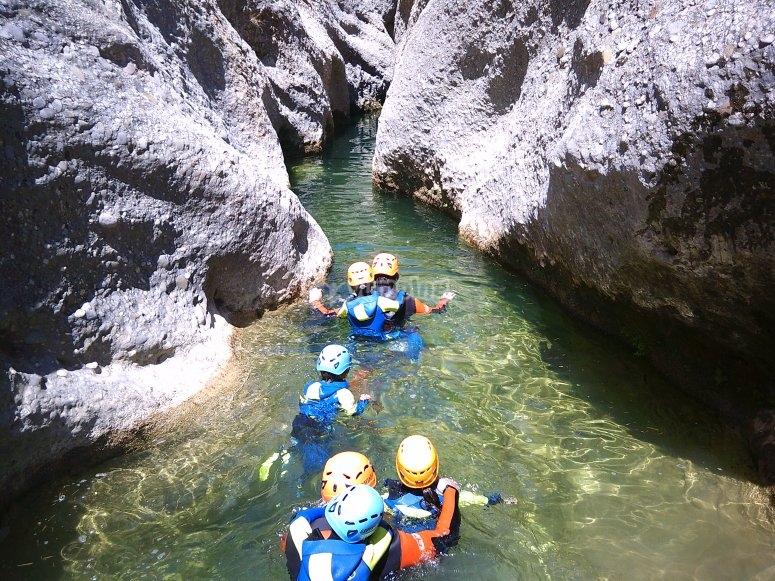 Trekking acuático con amigos