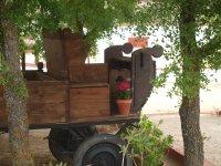 Carro de madera bajo arboles