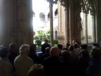 Atendiendo al guia en Toledo