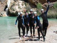 干巴兰科在Bungalows Barranco组河里洗澡