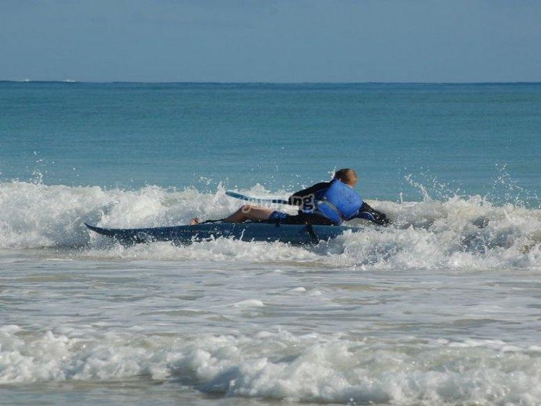 Haciendo surf con kayak