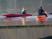 四座独木舟在河