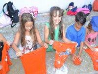 Aprendiendo a lavar en el campamento de Castellon