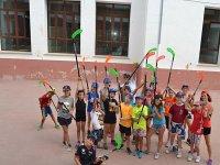 Con los palos de hockey en el campamento de Castellon