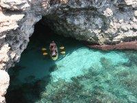 Excursión en kayaks en las rocas de Menorca