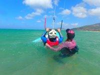 风筝学生支持在水中