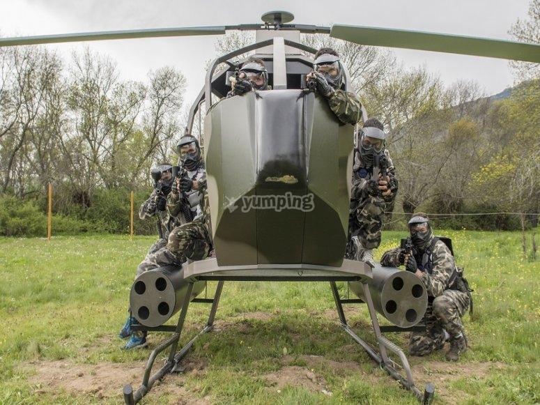 Helicóptero en campo de paintball