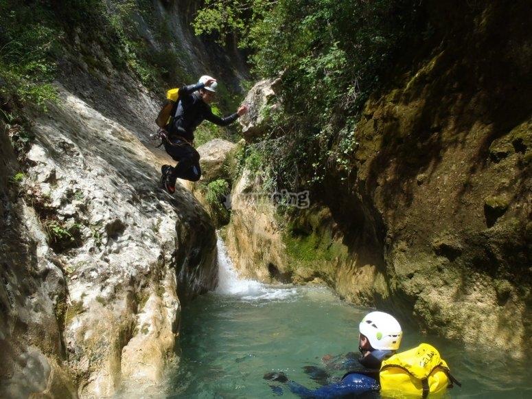 在Forat Negre.jpg的峡谷中跳跃