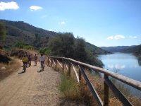 骑骑自行车穿过VíaVerde El Ronquillo